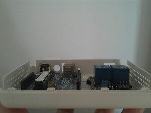 Vista frontal de la caja con las placas montadas.
