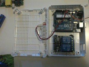 El diodo conectado y pegado a la tapa superior de la caja